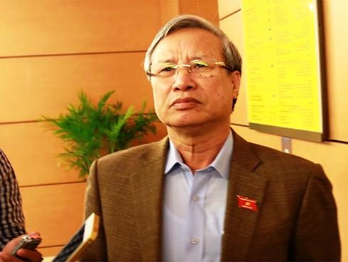 Đaị biểu Trần Quốc Vượng, Đoàn ĐBQH tỉnh Tiền Giang trao đổi với báo chí bên hành lang Quốc hội