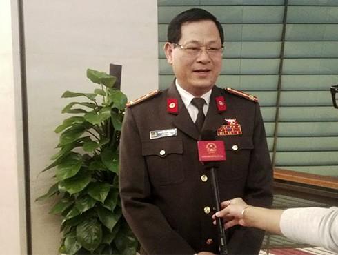 ĐBQH Nguyễn Hữu Cầu trao đổi với báo chí bên hành lang Quốc hội
