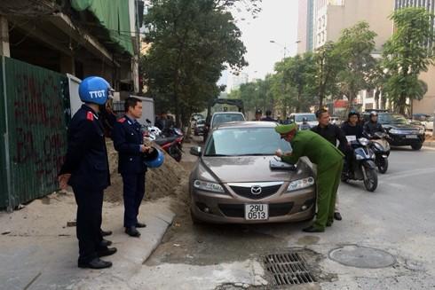Lực lượng chức năng phường Thành Công xử lý trường hợp vi phạm TTATGT.
