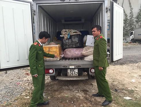 Sau nhiều ngày trinh sát, lực lượng Cảnh sát môi trường, CAQ Hà Đông phối hợp với lực lượng chức năng kiểm tra bắt giữ hoạt động mua bán nội tạng động vật của các đối tượng