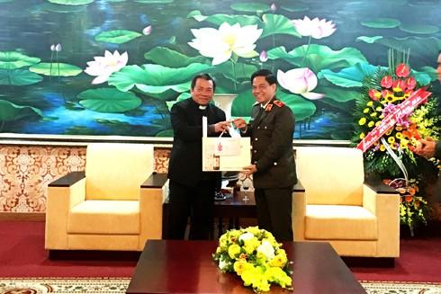 Giám mục Châu Ngọc Tri thăm chúc Tết và tặng quà CATP Hà Nội