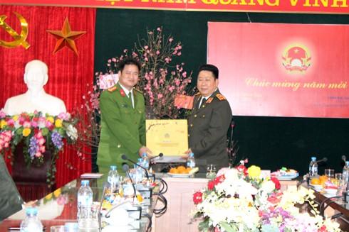 Trung tướng Bùi Văn Thành tặng quà cho CBCS, CAQ Hoàn Kiếm