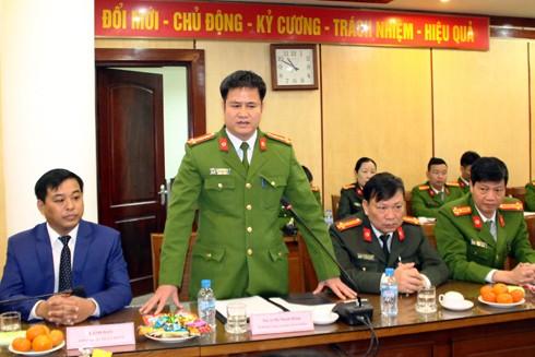 Đại tá Hà Mạnh Hùng, Trưởng CAQ Hoàn Kiếm báo cáo kết quả công tác công an năm 2016 của đơn vị và kế hoạch giữ gìn ANTT Tết Đinh Dậu 2017 trên địa bàn quận trước Trung tướng Bùi Văn Thành và đoàn công tác