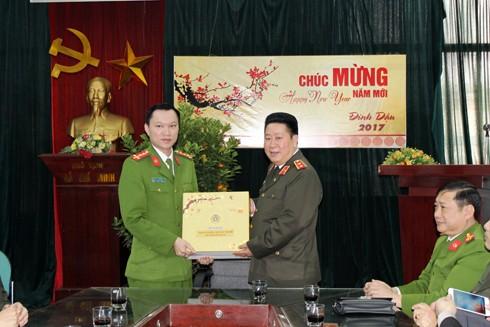Trung tướng Bùi Văn Thành tặng quà cho CBCS, CAP Quang Trung
