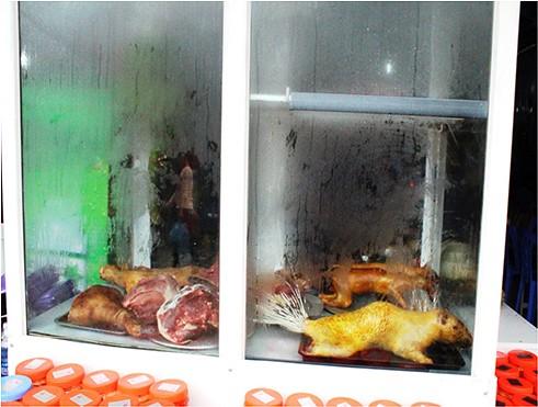 Thực phẩm phục vụ khách được bày trong tủ kính và bảo quản đảm bảo vệ sinh ATTP