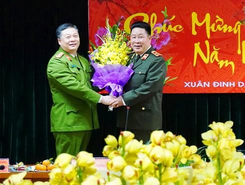 Trung tướng Bùi Văn Thành chúc mừng CAQ Hai Bà Trưng trong buổi thăm và làm việc với CAQ