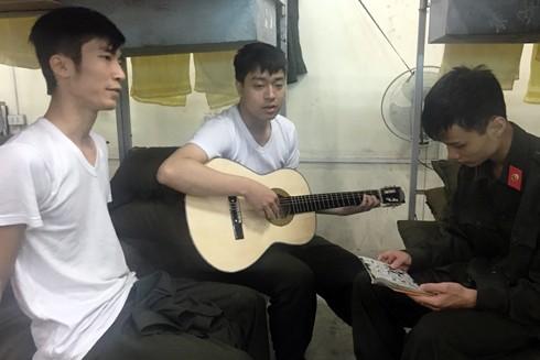 Các tân binh tranh thủ lúc nghỉ ngơi, rảnh rỗi chơi đàn guitar