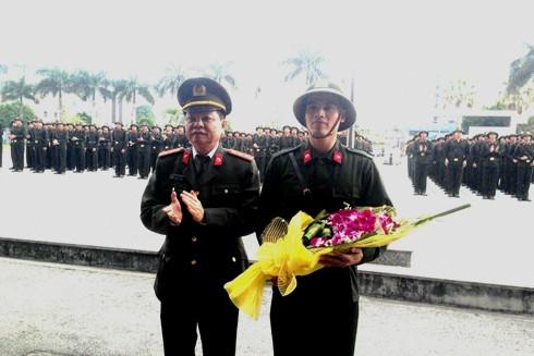 Đại tá Đào Thanh Hải tặng hoa chúc mừng đại diện các tân binh