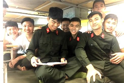 """Các tân binh thuộc Đại đội 2 đầy hứng khởi khi trở thành thành viên của """"gia đình"""" Công an Hà Nội"""