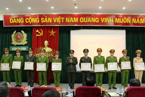 Thượng tá Trịnh Quốc Tuấn, Phó trưởng CAQ Ba Đình trao tặng Giấy khen của Đảng ủy quận Ba Đình cho các cá nhân, tập thể có thành tích trong công tác Đảng năm 2016