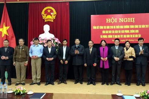 Đồng chí Đặng Vũ Nhật Thăng trao tặng kỷ niệm chương của Bộ Công an cho các đồng chí lãnh đạo, thành viên của các BCĐ có thành tích xuất sắc trong năm 2016