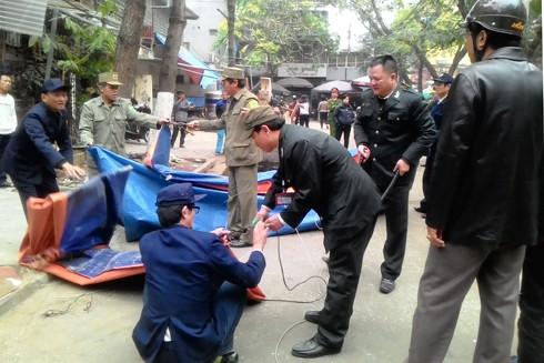 Ngày 1-3, lực lượng liên ngành phường Thành Công đồng loạt ra quân xử lý vi phạm TTĐT-VSMT