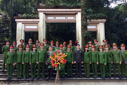 Đoàn CBSC Phòng Cảnh sát môi trường CATP Hà Nội chụp ảnh lưu niệm tại khu di tích đền thờ Bác Hồ tại núi Vua, vườn Quốc gia Ba Vì