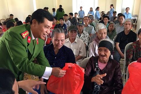 Thượng tá Lê Văn Tâm, Phó trưởng Phòng Cảnh sát môi trường trao tặng quà cho các cụ già neo đơn