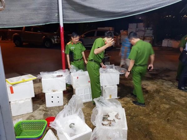 Lực lượng chức năng kiểm tra cơ sở tôm bơm tạp chất của bà Nga