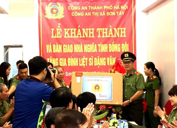 Thiếu tướng Bạch Thành Định trao tặng quà cho thân nhân gia đình liệt sỹ Đặng Văn Dũng nhân dịp khánh thành nhà tình nghĩa