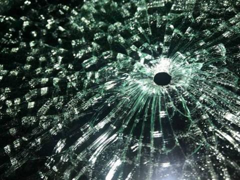 Trước đó, ngày 19-9, chiếc xe khách của nhà xe H.M bị đối tượng đi xe taxi bắn vỡ kính khiến nhiều hành khách trên xe hú vía