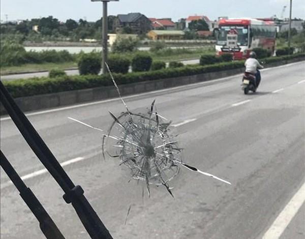Nhà xe H.M bị đối tượng bịt mặt dùng súng chắc buộc chun bắn rạn, vỡ kính lái