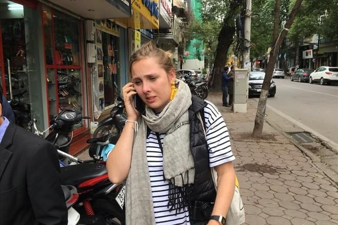 Hình ảnh chị Rita không giấu nổi sự lo lắng sau khi phát hiện bị thất lạc túi hành lý