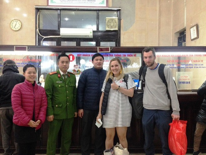 CBCS - CAP Ngô Thì Nhậm cùng phiên dịch viên tiễn hai du khách nước ngoài trước khi lên tàu vào Hội An