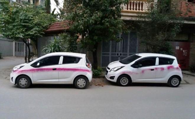 Một số chiếc xe ô tô của người dân sống tại phường Phúc La bị kẻ xấu phun sơn gây thiệt hại lớn