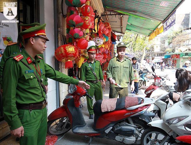 Lực lượng CAQ Hoàn Kiếm tuần tra kiểm soát, nhắc nhở người dân chấp hành TTATGT-TTĐT và VSMT
