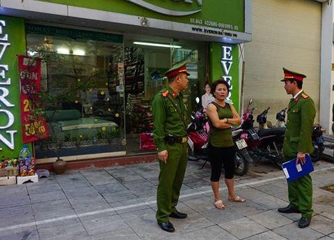 Lực lượng CAP Nguyễn Du tuyên truyền, nhắc nhở người dân nắm được tinh thần Mệnh lệnh số 02 và thực hiện nghiêm TTATGT-TTĐT