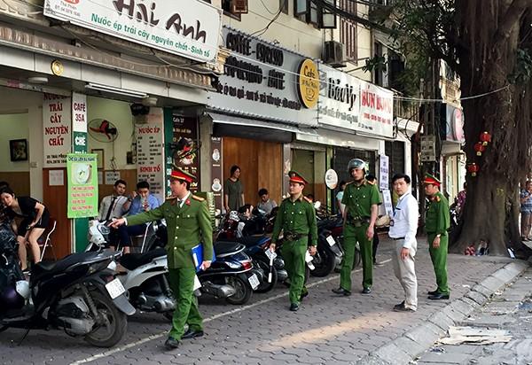 Lực lượng CSGT-TT-CĐ CAQ quận Hai Bà Trưng phối hợp với CAP Lê Đại Hành tuần tra, kiểm soát nhắc nhở người dân tại khu vực tòa nhà Vincom - Bà Triệu
