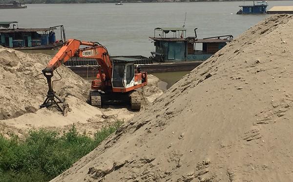 Ngoài việc mạnh tay xử lý hoạt động khai thác cát trái phép thì công tác quản lý bến bãi VLXD cũng được lực lượng CAH Ba Vì quan tâm, kiểm tra xử lý những đối tượng cố tình vi phạm hay mang tính bảo kê