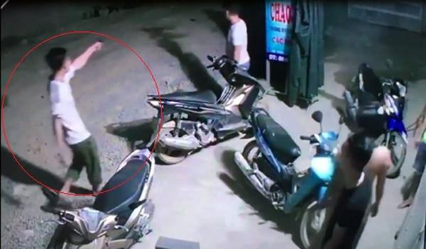 Hình ảnh người đàn ông (trong vòng đỏ) nghi nổ súng giải tán đám đông được cho là Trưởng Công an xã Thọ Trường