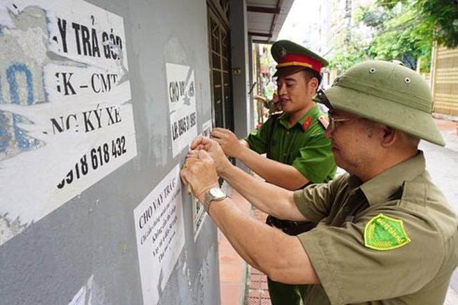 """Lực lượng CATP Hà Nội bóc gỡ tờ rơi """"quảng cáo"""" của các cá nhân, tập thể hoạt động """"tín dụng đen"""""""