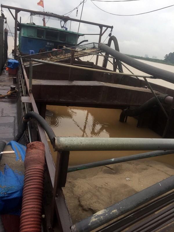 Lực lượng chức năng bắt giữ tàu hút cát trái phép
