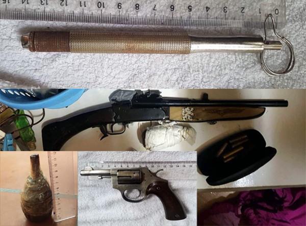 """Nhiều súng các loại cùng đạn và vật giống lựu đạn thu giữ tại nơi ở của """"Tuấn Tư"""" trong lúc khám nhà"""