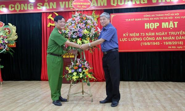 Chỉ huy CAQ Hà Đông tặng hoa cho CLB