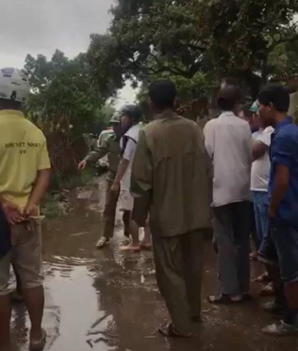 Người dân xôn xao bàn tán tại gần khu vực hiện trường vụ án