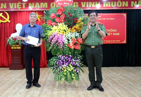 Thay mặt Đảng ủy, Ban Giám đốc CATP Hà Nội, Thiếu tướng Đoàn Duy Khương tặng hoa chúc mừng CLB sĩ quan công an hưu trí khu vực Hà Đông