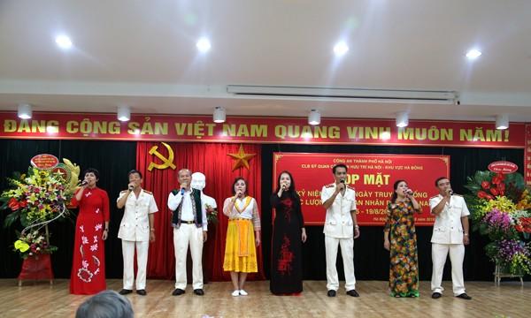 Tiết mục văn nghệ do các hội viên Đội văn nghệ xung kích Chiều Xuân của CLB biểu diễn