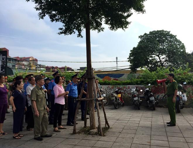 Trung tá Hoàng Ngọc Quyết, Phó trưởng CAQ Ba Đình quán triệt nội dung thực hiện kế hoạch đối với các lực lượng, tổ chức, cơ quan đoàn thể trong ngày đầu ra quân