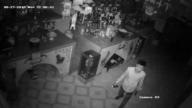 Hình ảnh đối tượng đột nhập vào chùa trộm cắp đồ thờ cúng được camera an ninh ghi lại