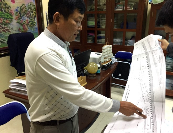 """Ông Nguyễn Đức Khoa giải thích cho phóng viên khu đất này do đơn vị thi công thiết kế, """"nắn"""" kênh thủy lợi cấp 3 Đan Hoài mới dư đất để cho thuê"""