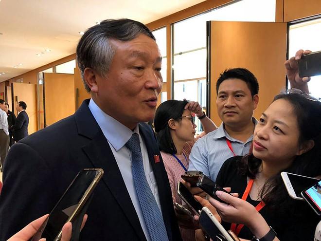Chánh án TAND tối cao Nguyễn Hòa Bình trao đổi với phóng viên bên hành lang Quốc hội về vụ xe Innova lùi trên cao tốc Hà Nội - Thái Nguyên gây tai nạn với xe Container