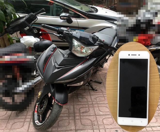 Chiếc xe máy không BKS các đối tượng sử dụng đi cướp giật và chiếc điện thoại OPPO do Điệp và Tuấn cướp của một thanh niên trên Đại lộ Thăng Long - Lê Quang Đạo