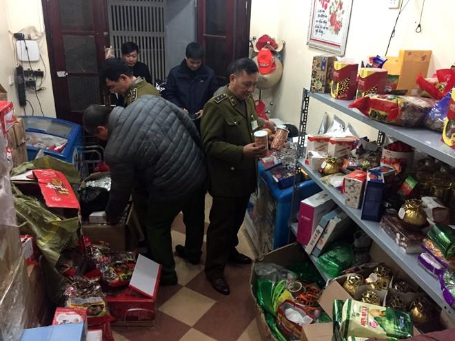 """Lực lượng chức năng kiểm tra """"Shop Duyên MC """", phát hiện và thu giữ khoảng 2 tấn bánh kẹo, thực phẩm đông lạnh không rõ nguồn gốc"""