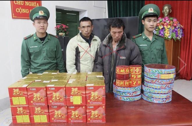 Hai đối tượng Thuân và Hùng (dấu X) bị lực lượng Đồn Biên phòng Bắc Sơn bắt giữ cùng tang vật