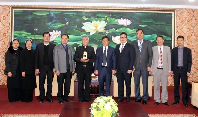 Thiếu tướng Đoàn Duy Khương, Giám đốc CATP Hà Nội cùng ngài Giám mục Nguyễn Hữu Long và các thành viên trong đoàn chụp ảnh lưu niệm