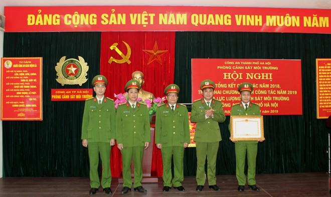 Đại tá Nguyễn Thanh Tùng, Phó giám đốc CATP trao tặng Bằng khen của Thủ tướng Chính phủ cho Phòng Cảnh sát môi trường CATP