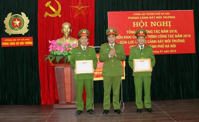 Đại tá Nguyễn Thanh Tùng, Phó giám đốc CATP trao tặng Giấy khen cho chỉ huy Phòng Cảnh sát môi trường