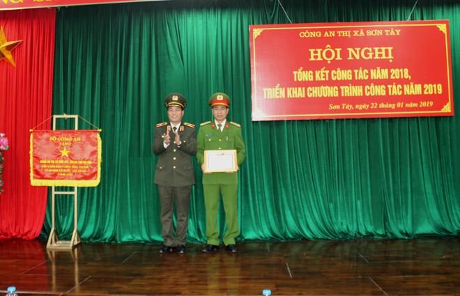 """Thiếu tướng Đoàn Ngọc Hùng trao tặng danh hiệu """"Chiến sĩ thi đua cơ sở"""" cho Thượng tá Ngô Đình Ngũ - Trưởng CATX Sơn Tây"""