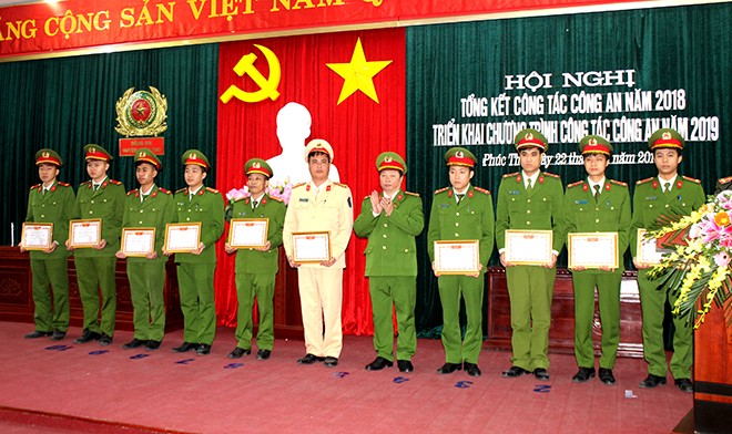 Đại tá Bùi Xuân Trường, Trưởng CAH trao tặng phần thưởng cho các cá nhân có thành tích xuất sắc trong năm 2018