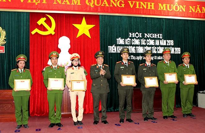 """Thiếu tướng Đoàn Ngọc Hùng trao tặng phần thưởng cho các cá nhân có thành tích xuất sắc trong phong trào thi đua """"Vì ANTQ"""""""